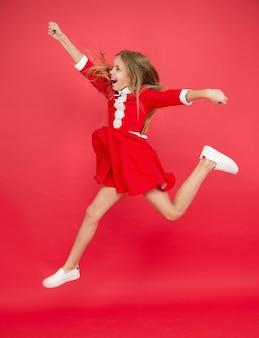 Zomervakantie betekent vrijheid. vrijheid zonder regels. voel vrijheid. internationale kinderdag. jeugd geluk. klein meisje kind lang haar springen. gelukkig leven. vol energie. actieve spellen.