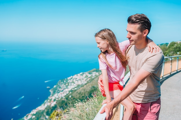 Zomervakantie in italië. jonge man en dochtertje