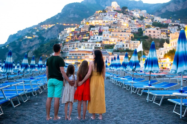 Zomervakantie in italië. jonge vrouw in positano-dorp, amalfi kust, italië