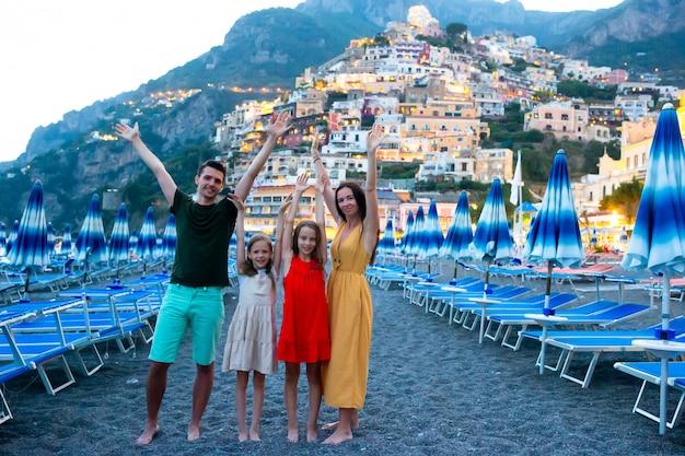 Zomervakantie in italië. jonge vrouw in positano-dorp op de achtergrond, amalfi kust, italië