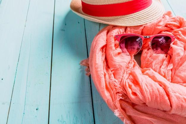 Zomervakantie instelling met sjaal en zonnebril