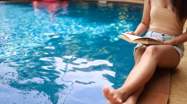 Zomervakantie jonge aziatische mooie vrouw ontspannen in het zwembad in het kuuroord prachtige tropische strand hotelresort met zwembad