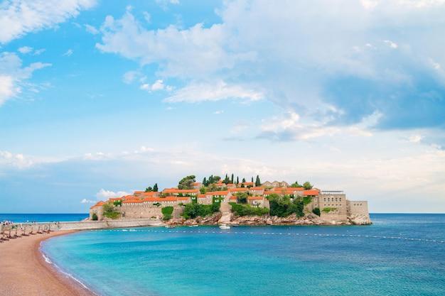 Zomervakantie op paradijseiland in de adriatische zee in montenegro