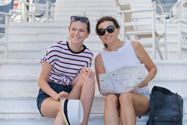 Zomervakantie samen moeder en dochter reizen lezing toeristische kaart