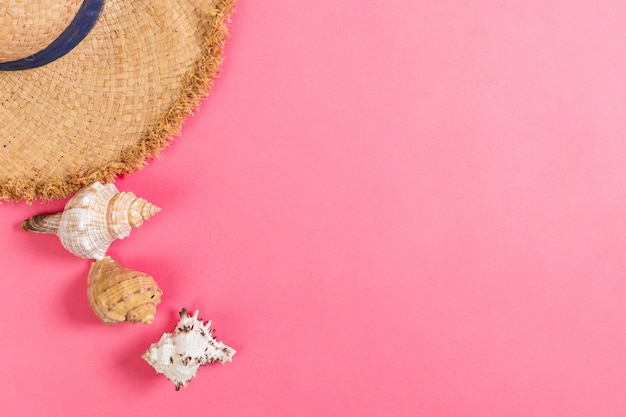 Zomervakantie strand achtergrond met accessoires op roze tafel, bovenaanzicht met kopie ruimte. vakantie concept