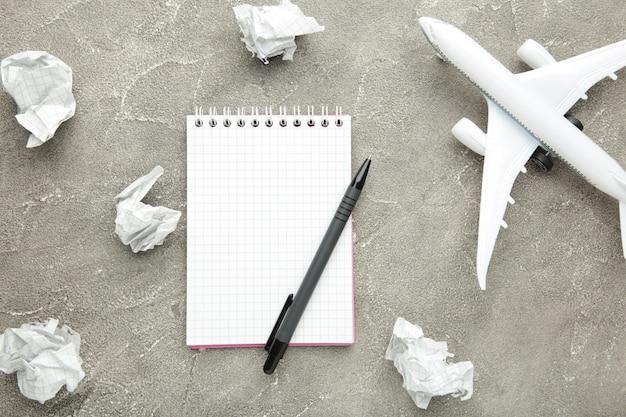 Zomervakantie, toerisme en reis vintage muur plannen. reizigers notitieboekje met accessoires op grijs. plat leggen.