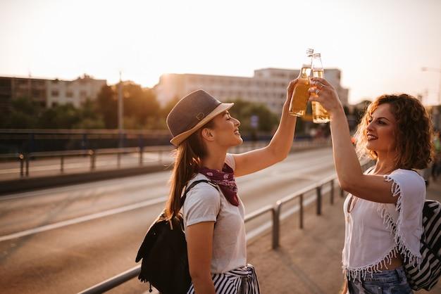 Zomervakantie. twee meisjes roosteren in de stad terwijl ze op een muziekfestival gaan.
