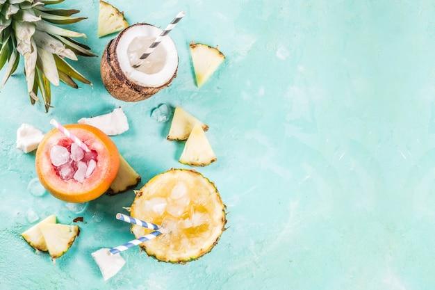 Zomervakantie vakantie concept set verschillende tropische ijs sorbets bevroren sappen in ananas grapefruit en kokosnoot