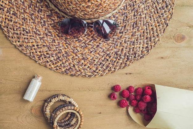 Zomervakantie vakantie ontspanning concept frambozen stro hoed smartphone zonnebril van bovenaf