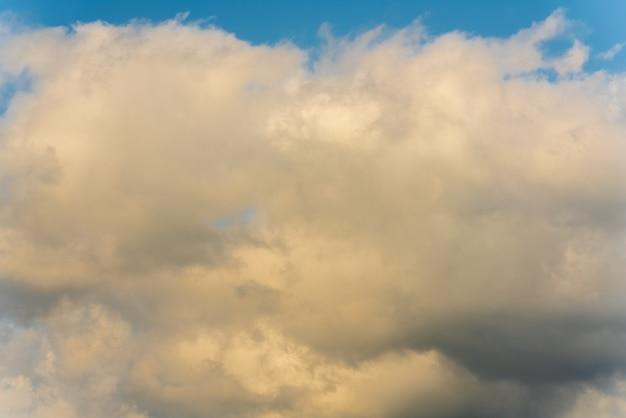 Zomerwolken die over zonnige blauwe lucht drijven om het weer te veranderen. atmosferische en optische spreiding, zachte focus, bewegingsonscherpte wolken. natuurlijke meteorologie abstracte textuur, natuur achtergrond.