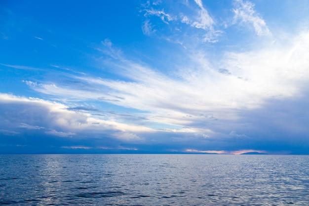 Zomerzeegezicht, wolken en water