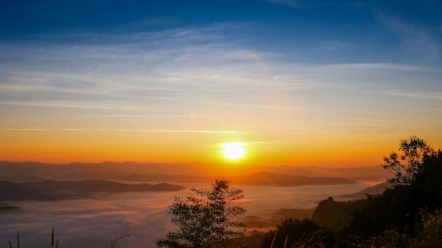 Zon komt op boven de bergen mooie winterochtend
