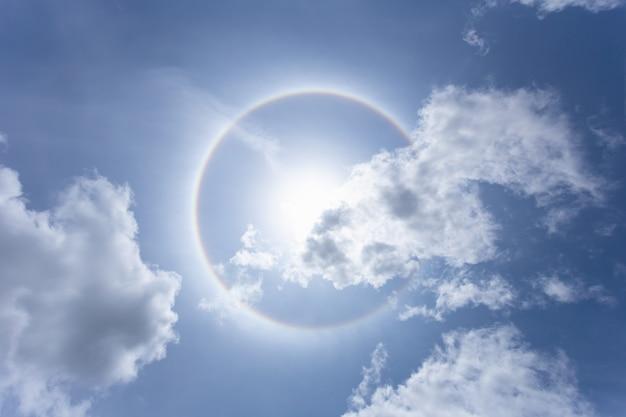 Zon met cirkelregenboog in dagtijd