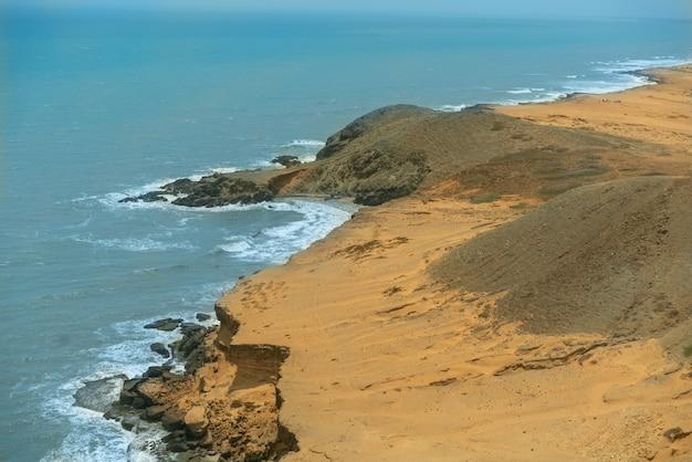 Zon van de zomer op hemel en zand van strandlandschap