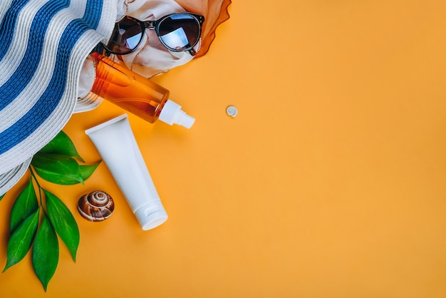 Zonbeschermingsobjecten en strandset: hoed, zonnebril en beschermingscrème, strandaccessoires