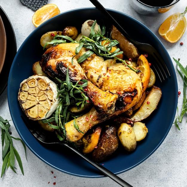 Zondag gebraden kip met aardappelen vakantiemaaltijd