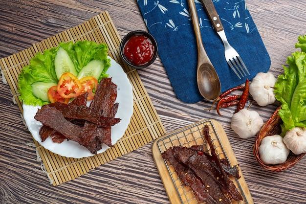 Zongedroogd rundvlees gebakken met tomatensaus en gestoomde rijst