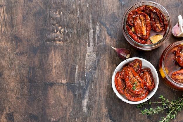Zongedroogde tomaten met olijfolie in een pot