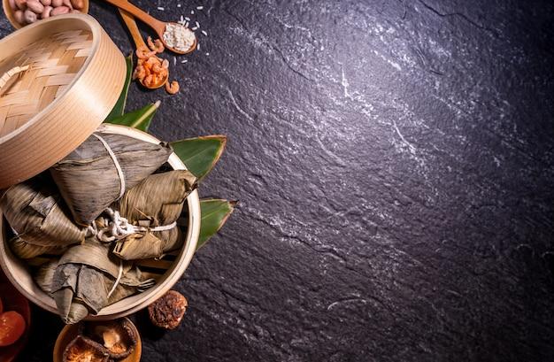 Zongzi heerlijke gestoomde rijstbollen in stoomboot in zwarte lijst