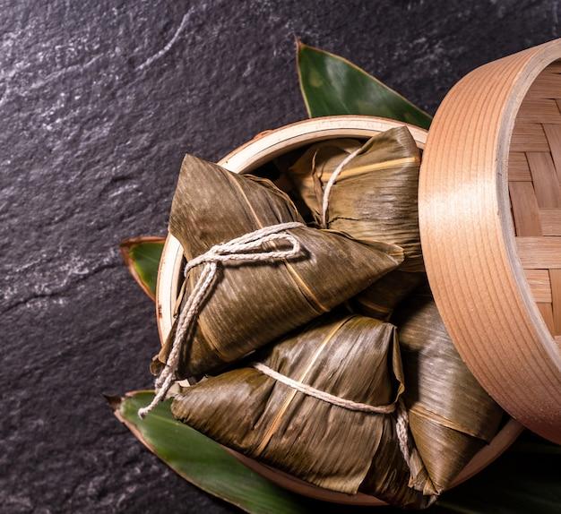 Zongzi heerlijke gestoomde rijstbollen in stoomboot
