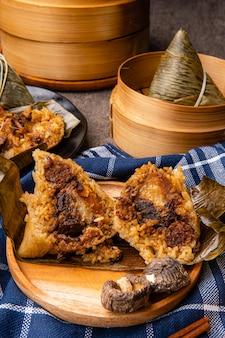 Zongzi of bakcang chinese hartige kleverige rijst dumplings