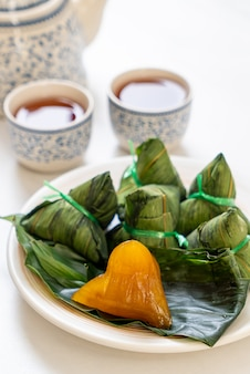 Zongzi of traditionele chinese sticky rice dumplings