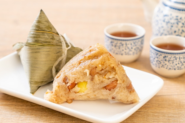Zongzi of traditionele chinese sticky rice dumplings