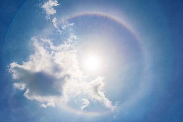 Zonhalo in blauwe hemel met wolk. droom, wonder en verbazingwekkende aardachtergrond.