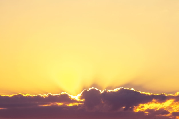 Zonlicht dringt door donkere wolk in de gele lucht, de lucht bij zonsondergang