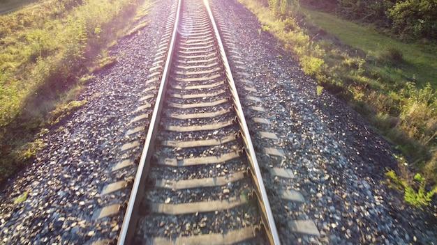 Zonlicht en verkeer op het spoor. de zon schijnt in de cameralens.
