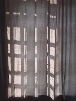 Zonlicht komt door de gesloten gordijnen