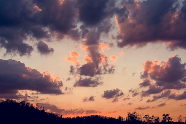 Zonlicht met bewolkte blauwe hemel beauytiful-scène