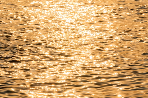 Zonlicht reflecteert de rivier in de ochtend