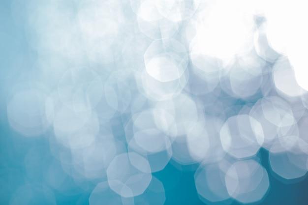 Zonlicht reflecterend of sprankelend glitter op water van zee of oceaan.