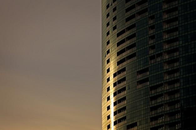 Zonlicht 's avonds op glazen gebouw