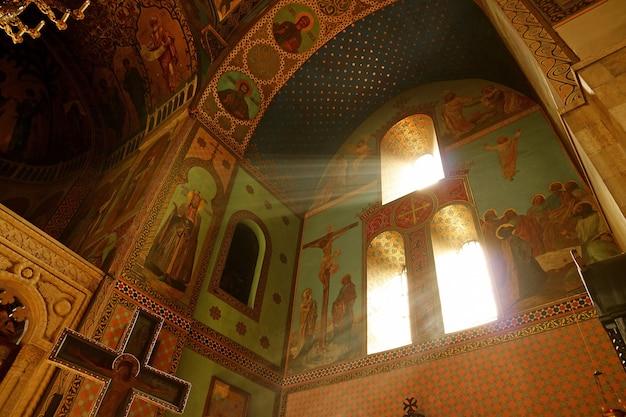 Zonlicht schijnt in de kathedraal van tbilisi sioni