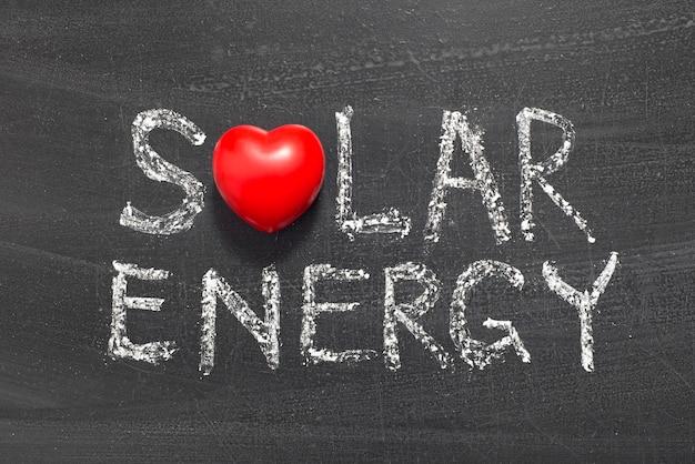 Zonne-energie zin handgeschreven op schoolbord