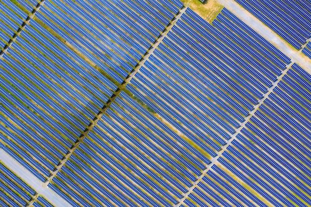 Zonne-energieboerderij die schone, duurzame energie van de zon produceert
