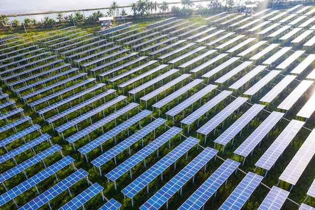 Zonne-energiecentrale in de groene lente aard