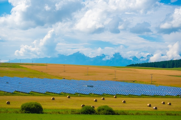 Zonne-energiepanelen tegen zonnige hemel