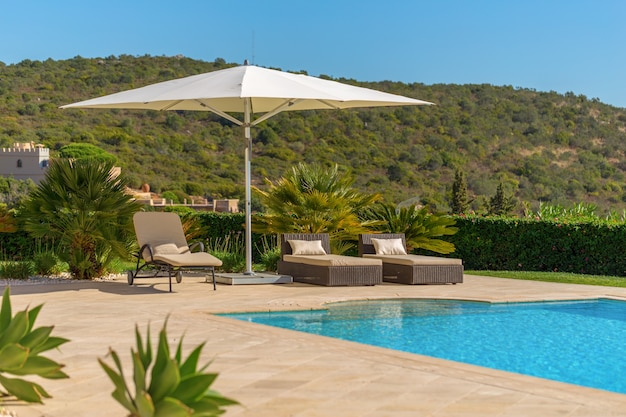 Zonnebad met ligstoelen en parasol. in portugal.