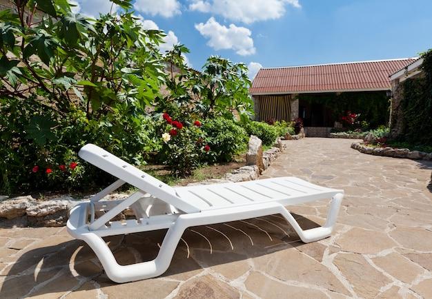 Zonnebank in landhuisgebied en genieten van rust op zomerdag