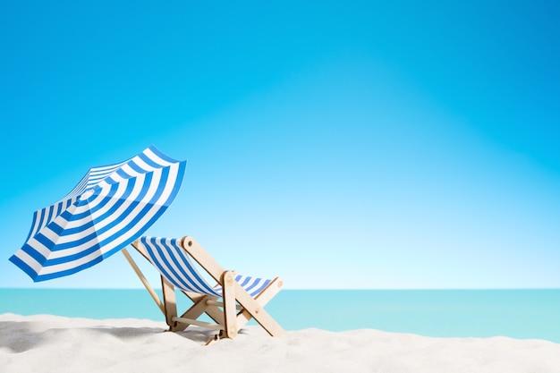 Zonnebank onder een parasol op het zandstrand aan zee