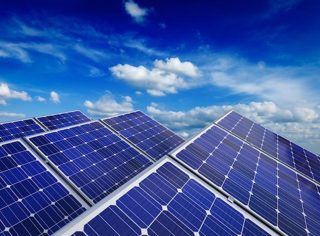 Zonnebatterijpanelen tegen blauwe hemel
