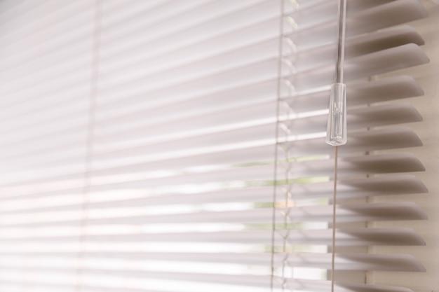 Zonneblinden komen door het huis.