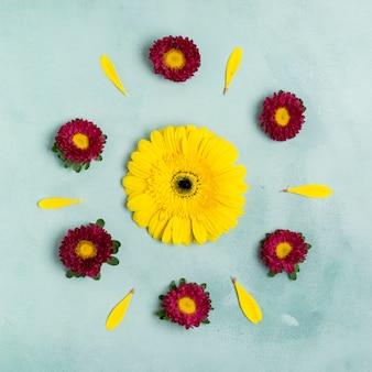 Zonnebloem en madeliefjes schattig arrangement bovenaanzicht