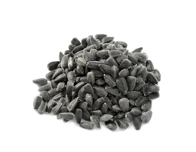Zonnebloem zwarte zaden stapel geïsoleerd op een witte ondergrond.