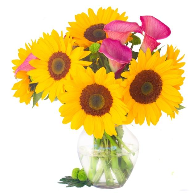 Zonnebloemen, callas en moeders in geïsoleerde glasvaas