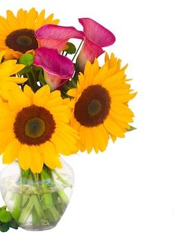 Zonnebloemen, callas en moeders in glazen vaas close-up geïsoleerd