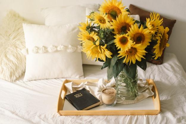 Zonnebloemen, koffie en open bijbel. lees, rust. concept voor geloof, spiritualiteit en religie